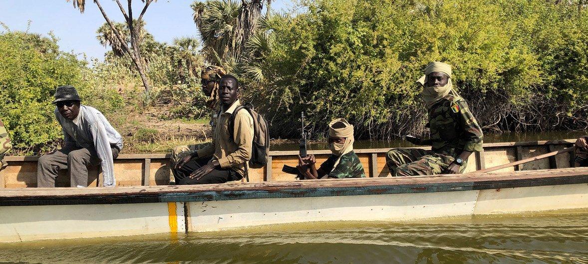 लेक चाड के आतंकवाद से प्रभावित इलाक़ों में गश्त लगाते कैमरून के सैनिक.