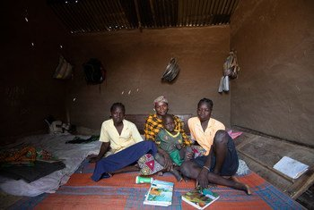 Mamma Hamidou (au centre) a fui son village dans la région de l'Extrême-Nord du Cameroun après qu'il ait été envahi par des insurgés armés. (Février 2019)