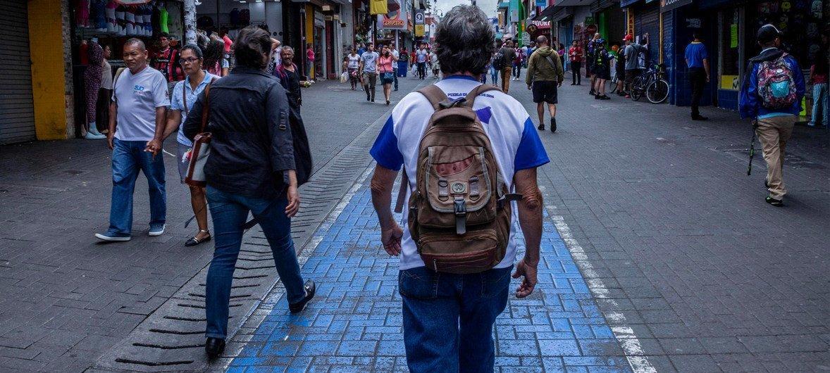 Após participar de protestos contra o governo, este homem foi forçado a fugir da Nicarágua para a Costa Rica.