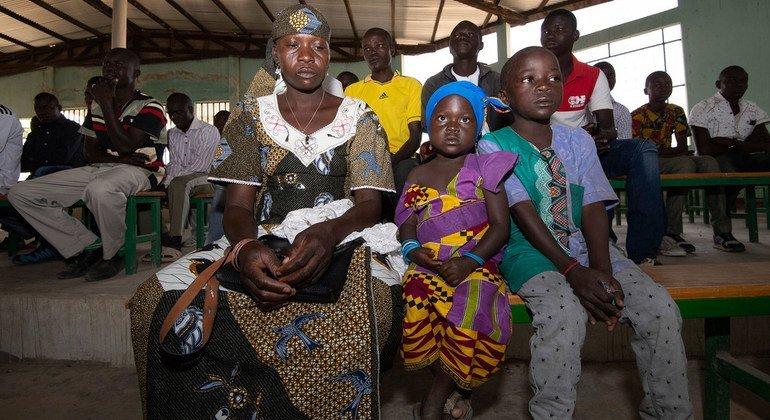 Wala Matari, 29 ans, ancienne otage du groupe terroriste Boko Haram, à l'église avec ses enfants dans le village de Zamai, dans l'extrême nord du Cameroun.