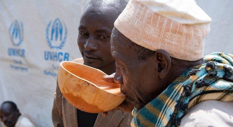 Des hommes dans le village de Zamai, dans l'extrême nord du Cameroun, boivent de la bière locale brassée par Wala Matari, ancienne otage d'un groupe terroriste.