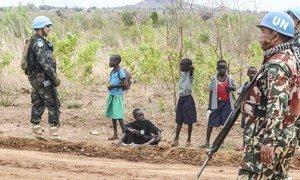 Walinda amani wa Umoja wa Mataifa wakikarabati barabara muhimu za usambazaji huduma za kibinadamu Sudan Kusini