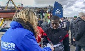 Refugiados y migrantes rescatados desembarcan del bote de una ONG alemana en Sicilia, Italia, en enero de 2019.