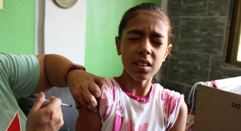 La Organización Panamericana de la Salud vacuna niños y adolescentes contra el sarampión y la difteria en América del Sur.