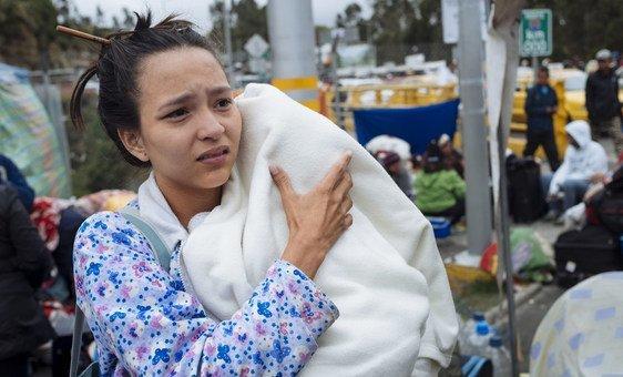 Da Venezuela, uma mãe de 21 anos viaja sozinha com seu filho de três meses.