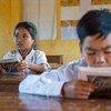 柬埔寨土著民族克伦族(Kreung)的儿童正在上课。当地学校采用多语言教学,儿童在掌握官方语言高棉语前可先用本民族土著语言进行学习。