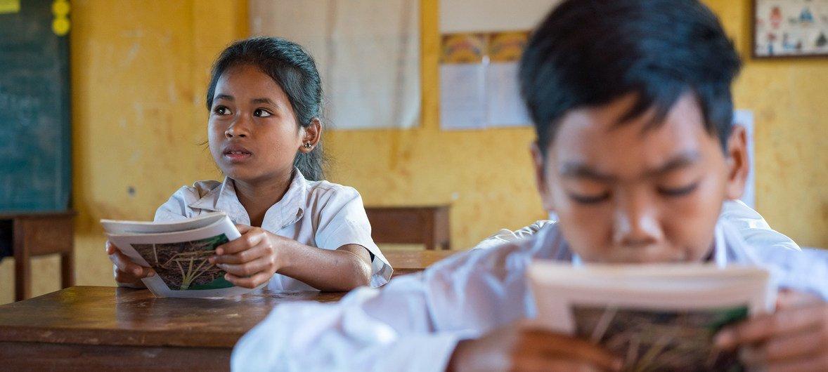 कम्बोडिया के एक प्राइमरी स्कूल में, बहुभाषाई शिक्षा पाठ्यक्रम, बच्चों को, उनकी ख़मेर राष्ट्र भाषा सीखने के साथ-साथ, उनकी आदिवासी भाषा सीखने का मौक़ा देता है. (नवम्बर 2018).
