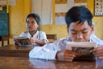 Escola no Cambodja, onde os alunos podem estudar sua língua indígena Kreung, enquanto aprendem a língua nacional Khmer