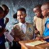 إدوارد ندوبو المدافع عن أهداف التنمية المستدامة المعين جديدا، ومؤسس الإستراتيجيات العالمية للتعليم الجامع، مع طلاب في جمهورية جنوب إفريقيا.