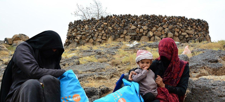 مجموعات الكرامة التي تحتوي على مواد النظافة توزع على النساء النازحات في مخيم ثروان للنازحين في محافظة عمران