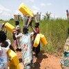 Wanawake wa Yei nchini Sudan Kusini wakati walisimama kuzungumza na walinda amani wa UNMISS ambao walikuwa wanapiga doria eneo hilo