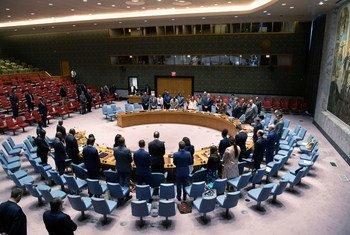 أعضاء مجلس الأمن يقفون دقيقة صمت خلال اجتماع طارئ حول الحالة في ليبيا، عُقد في أعقاب هجوم بسيارة مفخخة في بنغازي أسفر عن مقتل ثلاثة من موظفي الأمم المتحدة، وإصابة ثلاثة آخرين من بين عشرات المواطنين الليبيين.