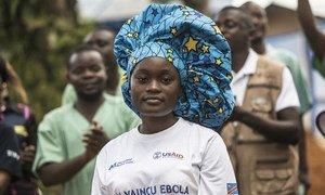 Une survivante d'Ebola est fêtée devant l'unité de traitement Ebola à Mangina, en République démocratique Congo. (août 2019)
