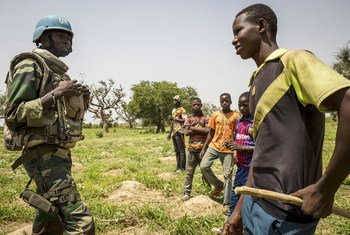 A United Nations peacekeeper in Mali interacts with children in the Mopti region of the West African country. (July 2019)