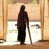 Una niña usa una muleta para caminar en un campamento de desplazados en Mali.