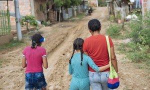 9岁的阿卡纳耶丽(中)逃离委内瑞拉的暴乱,现在与她的母亲和妹妹住在哥伦比亚。