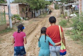 Acnayeli, de 9 años, ha huido de la violencia en Venezuela y vive ahora con su madres y su hermana en Cúcuta, en Colombia.