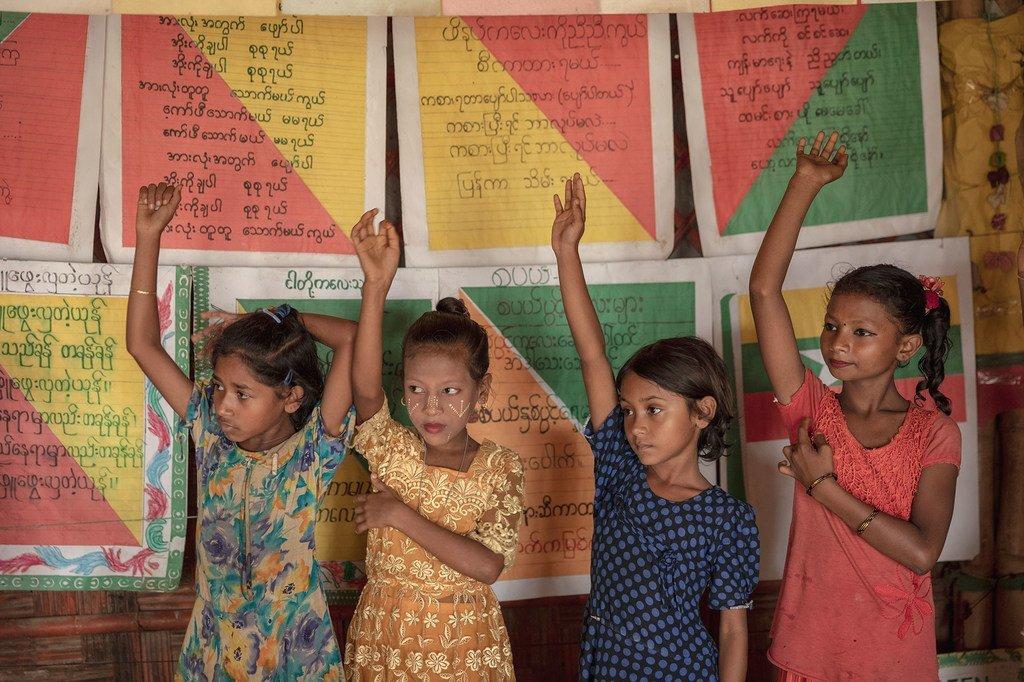 Des enfants rohingyas lèvent la main pour répondre à une question dans un centre d'apprentissage de l'UNICEF à Cox's Bazar, au Bangladesh (8 juillet 2019).