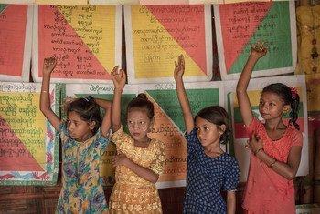 कॉक्सेस बाज़ार में यूनीसेफ़ शिक्षा केंद्र में पढ़ते बच्चे.