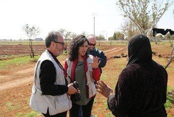 المتحدثة باسم برنامج الأغذية العالمي في سوريا، مروة عوض، خلال زيارة ميدانية للتحدث إلى السوريين المتضررين من النزاع حول احتياجاتهم الإنسانية. حوالي 6.5 مليون سوري داخل سوريا يعانون من انعدام الأمن الغذائي ولا يعرفون من أين ستأتي وجبتهم التالية.