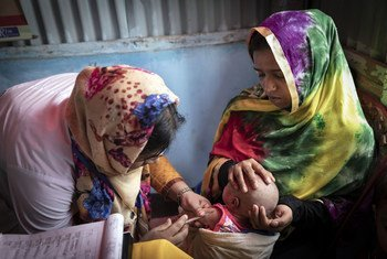 Una voluntaria vacunando a un bebé en un centro de atención primaria de uno de los vastos campamentos de refugiados de Cox's Bazaar, Bangladesh.