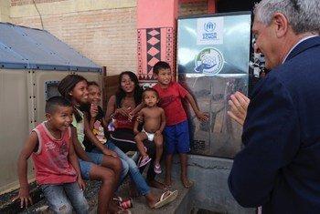 El responsable de la Agencia de la ONU para los Refugiados, Filippo Grandi (dcha.), durante su encuentro con refugiados venezolanos en Brasil.