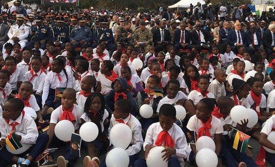 Cerimônia do acordo de paz aconteceu em Maputo com a presença de cidadãos da capital moçambicana, líderes nacionais, internacionais, convidados.