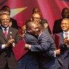 """莫桑比克总统纽西与反对党""""莫桑比克全国抵抗运动""""领导人莫马德在首都马普托签署和平协议。"""