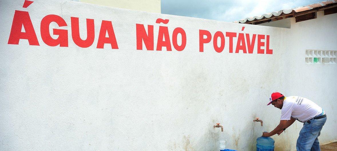 No Ceará, Brasil, moradores em fila para a retirada de água em posto de abastecimento
