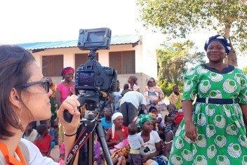 A jornalista brasileira Natália Luz no centro de Moçambique acompanhando ações em prol das vítimas do ciclone Idai.