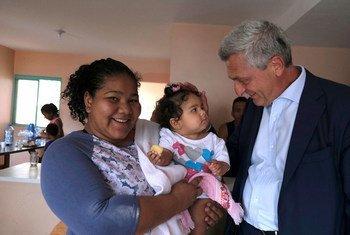 Kamishna Mkuu wa UNHCR, Filippo Grandi, akizungumza na mama na mwanae kijiji cha Brasilia, Brazil