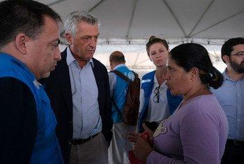 Верховный комиссар ООН по делам беженцев Филиппо Гранди беседует с беженкой из Венесуэлы в городе Боа-Виста, штат Рорайма