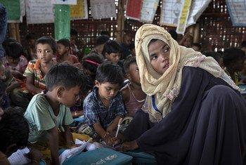 19 वर्षीय रूमा क़रीब 30 मिनट की बस यात्रा करके कॉक्सेज़ बाज़ार में स्थित कुटुपलोंग-बुलुख़ाली शरणार्थी शिविर में बच्चों को पढ़ाने के लिए जाती हैं. (जून 2019)