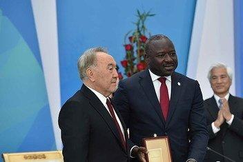 Au cours de la cérémonie de la Journée internationale contre les essais nucléaires au Kazakhstan, la Secrétaire exécutive de l'OTICE, Mme Lassina Zerbo, et feu le Directeur général de l'Agence internationale de l'énergie atomique (AIEA), M. Yukiya Amano.