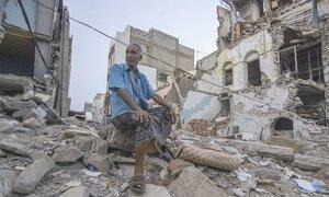 Shaker Ali akiwa amekaa mbele ya lililokuwa eneo la soko mjini Aden, Yemen (Juni, 22, 2019)