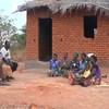 Wanajamii huko Chitipa nchini Malawi wakiwa kwenye kikao kujadili jinsi ya kuendesha vituo vya chekechea vya malezi ya watoot, CBDD. Vituo hivi vimekuwa chachu ya kudhibiti ugonjwa wa kipindupindu ambao unaongoza kwa vifo vya watoto wenye umri wa chini ya miaka 5 nchini Malawi.