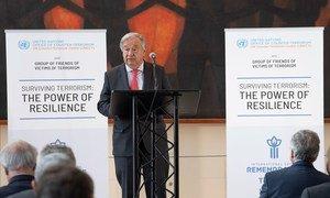 Le Secrétaire général de l'ONU, António Guterres à l'inauguration de l'exposition photo : Survivre au terrorisme : le pouvoir de la résilience, au siège de l'ONU à New York.