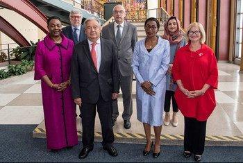 联合国秘书长古特雷斯(左二)参加在纽约总部举行的纪念和悼念恐怖主义受害者国际日摄影展。(2019年8月21日)