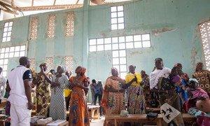 Raia wa Cameroon akiwemo Wala Matari (kulia zaidi) alikimbia nyumbani kwake Cameroon huko eneo la Ziwa Chad na sasa wanahudhuria ibada ya misa kaskazini-mashariki mwa Cameroon