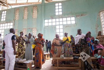 Los cameruneses desplazados por la actividad terrorista en la región del lago Chad, entre ellos Wala Matari (derecha), asisten a la iglesia en el noreste de Camerún.