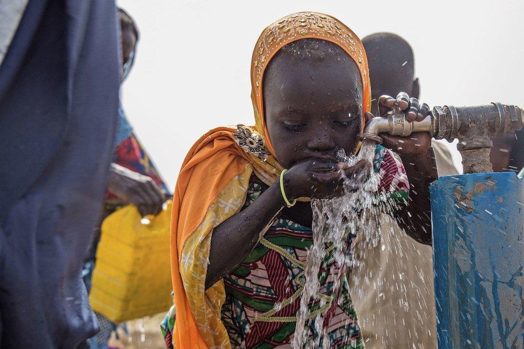 طفلة تشرب الماء في مخيم باكاسي للنازحين بنيجيريا (13 آذار/مارس 2017)