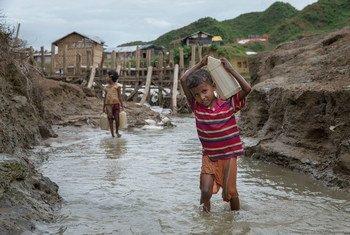 Menino carregando àgua em Cox's Bazar. As chuvas recentes causaram milhares de desabrigados