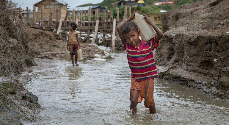 Un niño refugiado rohinyá lleva agua a su campamento en Cox's Bazar, Bangladesh