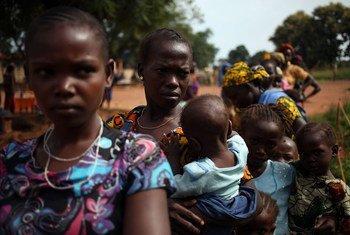 中非共和国,为躲避暴力而流离失所的妇女和儿童正在一所由儿基会支持的诊所门前排队获取医疗服务。
