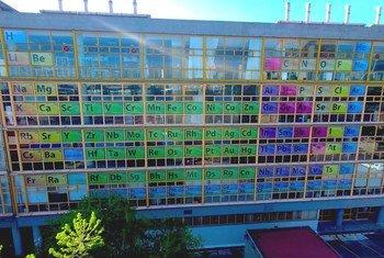 La tabla periódica en la fachada del edificio principal de la Facultad de Química de la UNAM