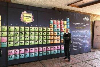 El doctor Benjamín Ruiz Loyola junto a una tabla periódica en la Ciudad Universitaria. UNAM