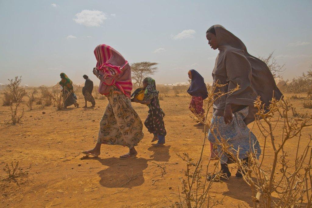 来自索马里的难民抵达埃塞俄比亚的一个难民营。 由于索马里降雨不足以及持续不安全,难民营中的人数不断增加。 (2012年6月13日图片)