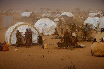 من الأرشيف: نساء وأطفال صوماليون يقفون أمام خيمات مؤقتة نصبت في مخيم داغاهيلي في شمال شرق المقاطعة على الحدود الكينية-الصومالية (9 تموز/يوليو 2011).