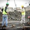 Des ouvriers travaillent à l'élargissement du canal de Panama.