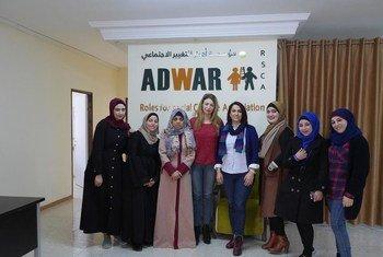 """الدكتورة سحر القواسمة، المديرة العامة  لمؤسسة """"أدوار"""" مع النساء المستفيدات من برامجها في فلسطين"""